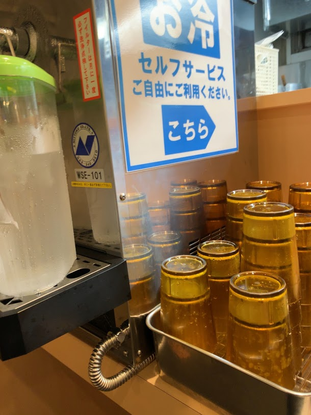 ラーメン豚山中野店で汁なし-給水器